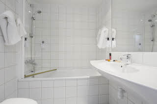 Harstad_junior_suite_bath.jpg